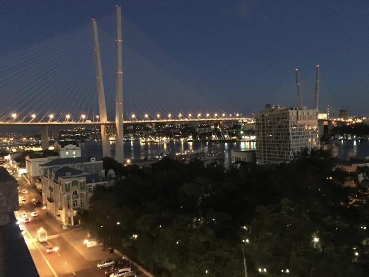 ウラジオストクマーリーグム・フードコートから金角湾大橋を眺める