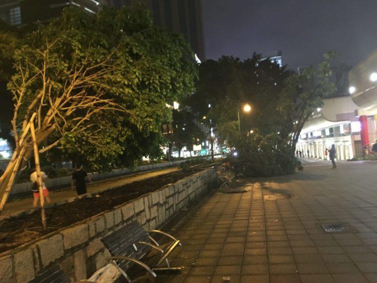 香港で帰宅難民に!最強シグナル10の2018年の香港に直撃台風22号マンクット通過直後のネイザンロード