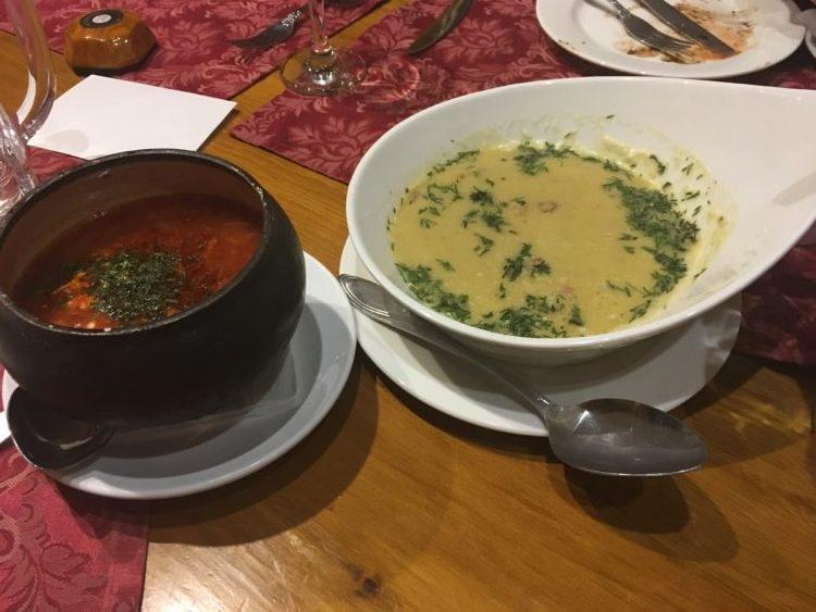 タクシー乗ってでも行きたい!ウラジオストクおすすめレストラン第3位 3bogatirya(トゥリ・ボガティリャ/Three heroes)のボルシチと魚のスープ