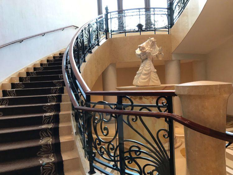 上海ディズニーランドホテル ルミエール・キッチン前のらせん階段