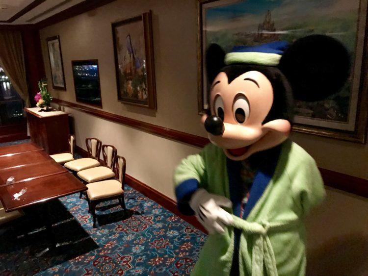 上海ディズニーランドホテル クラブレベルでパジャマミッキーと写真撮影
