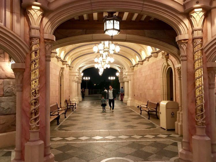 上海ディズニーランドシンデレラ城お城のステンドグラス