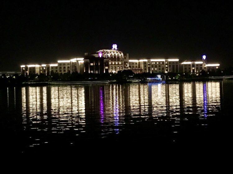 湖の対岸から上海ディズニーランドホテルを望む