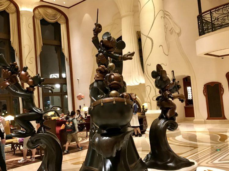 上海ディズニーランドホテルロビーのミッキーの銅像