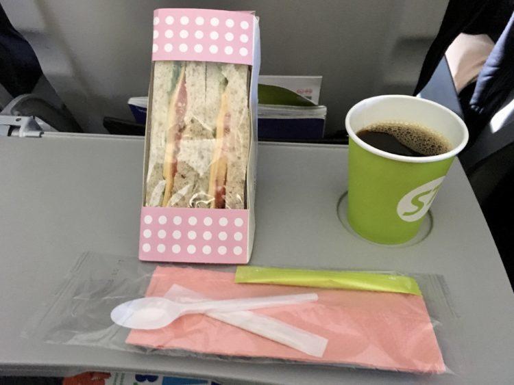 S7航空の不味いと評判のサンドイッチ
