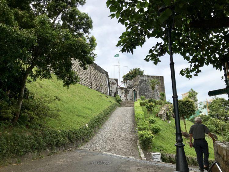 ギアの要塞、ギアの灯台とギア教会への入り口