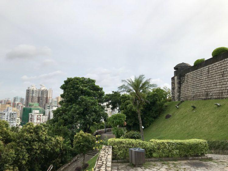 ギアの要塞の美しい城壁とマカオの街並み