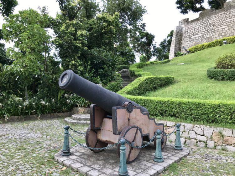 ギアの要塞の軍用トンネル入り口横の砲台