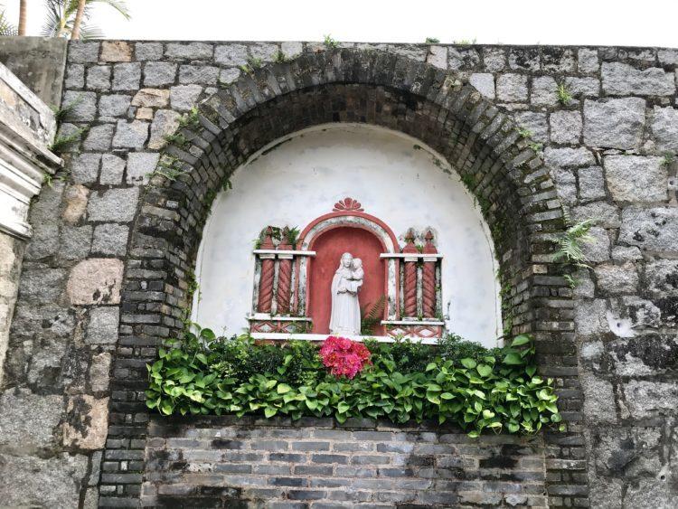モンテの砦の入り口のマリア像