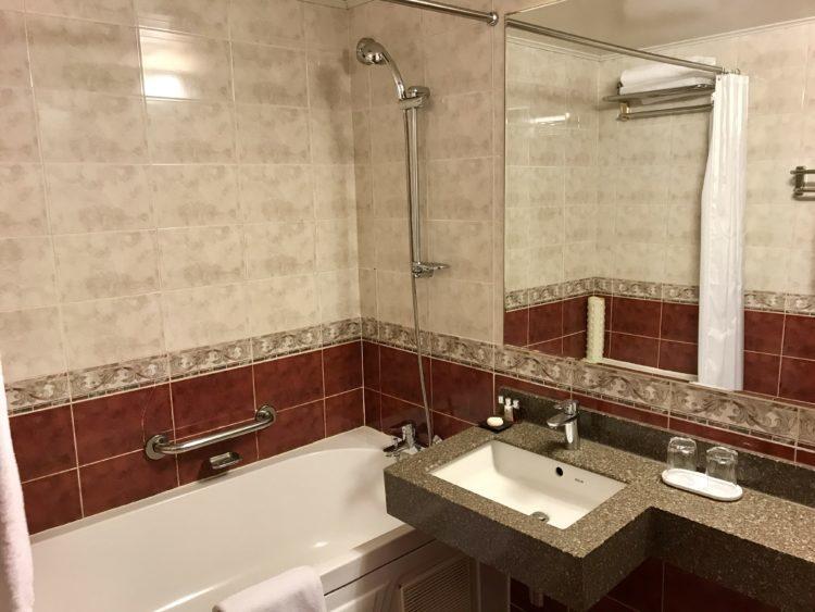 ウラジオストク ロッテホテル スタンダードダブルのバスルーム