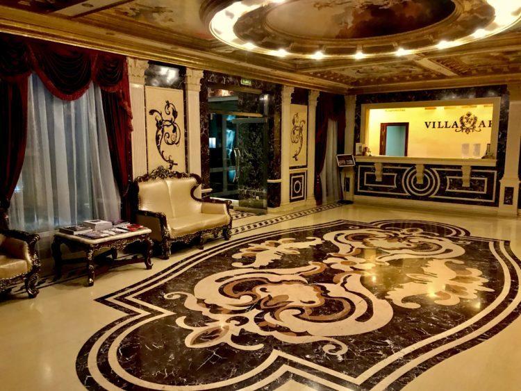 ウラジオストクの宮殿ホテルヴィラ アルテ ホテル( Villa Arte Hotel)のフロント