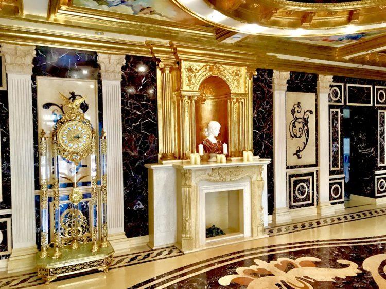 ウラジオストクの宮殿ホテルヴィラ アルテ ホテル( Villa Arte Hotel)のメインロビー