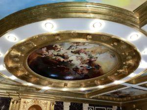 ウラジオストクの宮殿ホテルヴィラ アルテ ホテル( Villa Arte Hotel)のロビーの天井