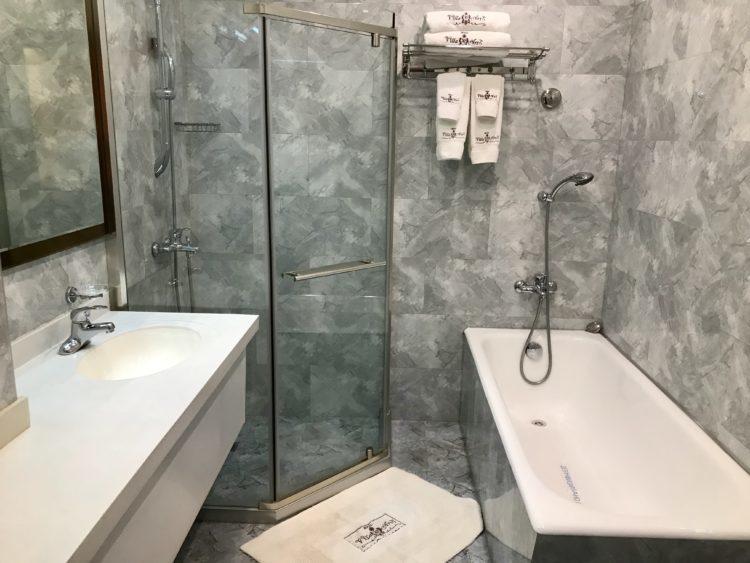 ウラジオストクの宮殿ホテルヴィラ アルテ ホテル( Villa Arte Hotel)の客室内バスルーム