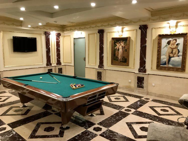 ウラジオストクの宮殿ホテルヴィラ アルテ ホテル( Villa Arte Hotel)のサウナ横のビリヤード