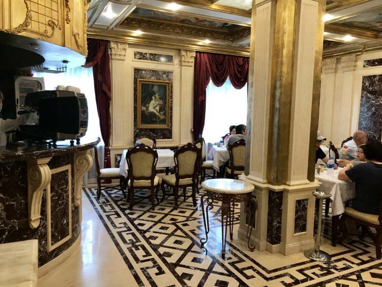 ウラジオストクの宮殿ホテルヴィラ アルテ ホテル( Villa Arte Hotel)の朝食会場