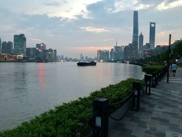 JWマリオット・マーキス・ホテル上海浦東横の黄浦江沿いの老白渡浜江緑地遊歩道