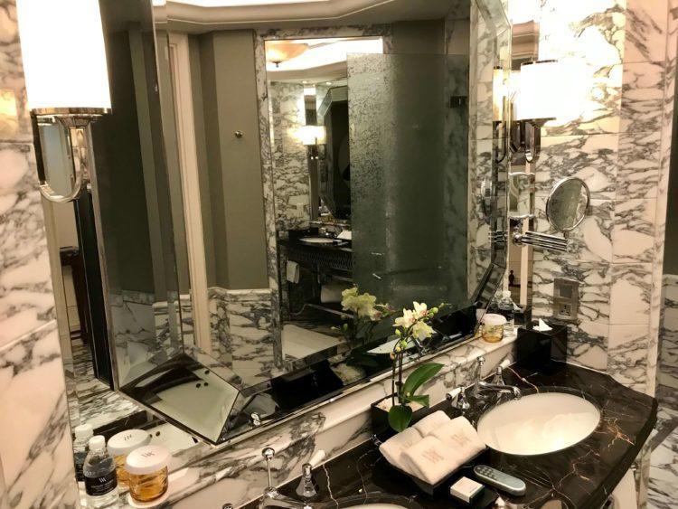 ウォルドルフ アストリア 上海 オン ザ バンドのデラックスキングリバービュー客室内バスルーム