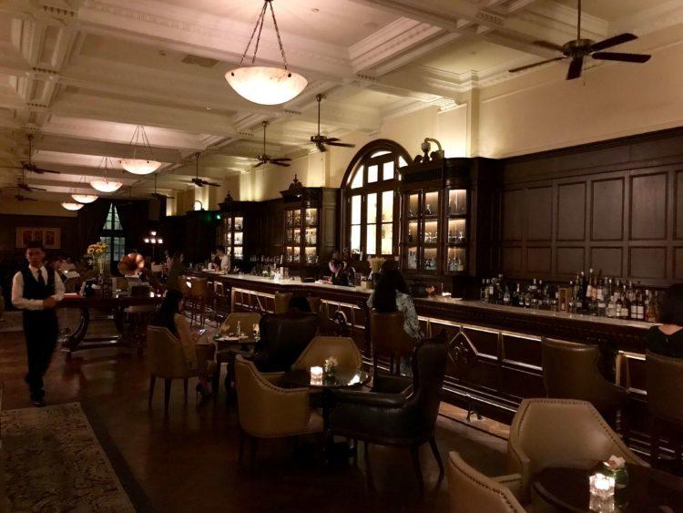 34mのカウンターが有名なウォルドルフ アストリア 上海 オン ザ バンドのLong Bar(ロング バー)