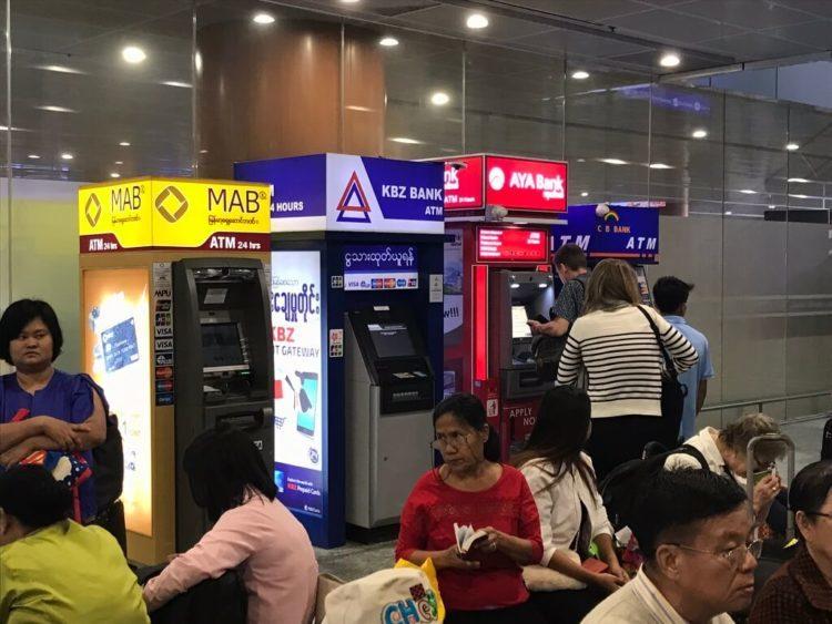 ヤンゴン空港のインフォメーションカウンター横にある日本語ガイド付のMAB BANKのATM