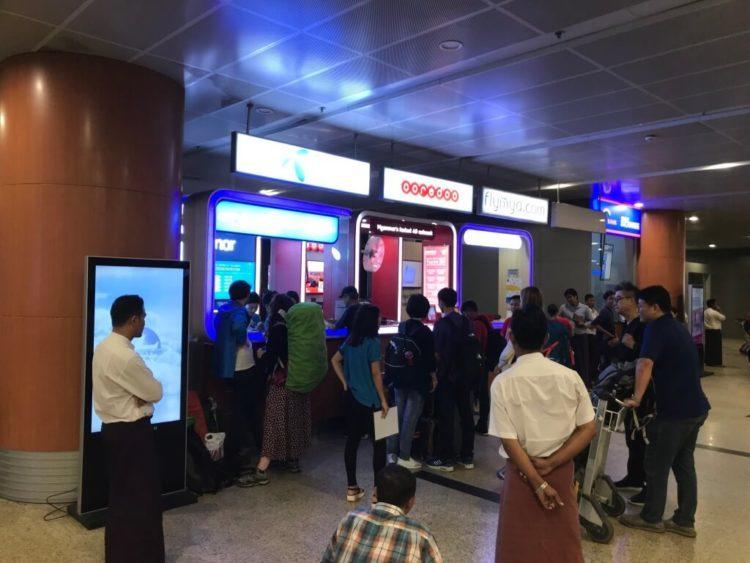 ヤンゴン空港で税関を抜けるた先のKBZ銀行やAYA銀行などの両替所やSIMカード販売カウンター