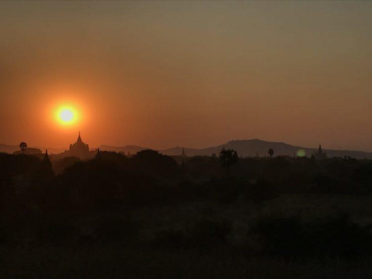 世界三大仏教遺跡のバガン 登れる穴場のパゴダで絶景を見る裏技で案内されたパゴダから見た絶景の夕焼け