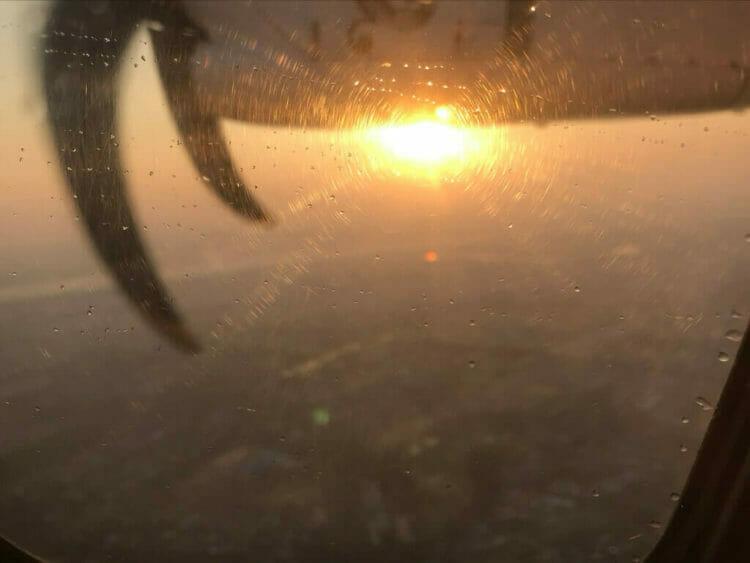 ヤンゴンから世界三代仏教遺産バガンへ向かうはミャンマー国営航空のプロペラ機から見る朝日