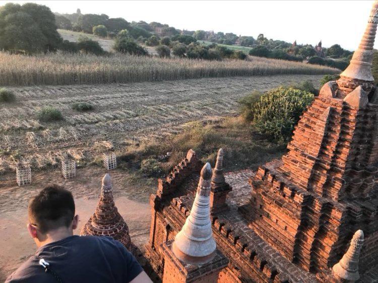 世界三大仏教遺跡のバガン 登れる穴場のパゴダで絶景を見る裏技で案内されたパゴダから見た風景