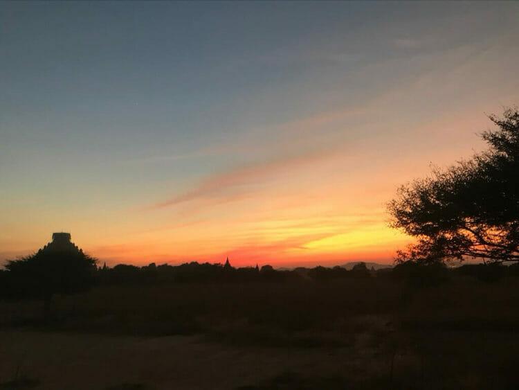 世界三大仏教遺跡のバガンのニャンラパッドポンドの丘から見た夕陽(サンセット)夕焼けが最高。
