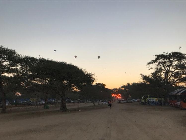 Myanmer run 2019 bagan バガンマラソン大会の朝焼けの中の気球