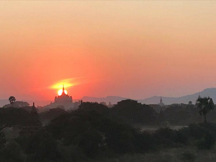 世界三大仏教遺跡のバガン 登れる穴場のパゴダで絶景を見る裏技を使って見た夕陽