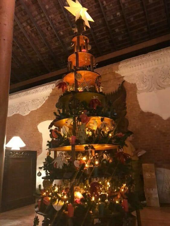世界三代仏教遺産バガンのオールドバガン内にあるザ ホテル@タラバー ゲートのロビーに設置されたクリスマスツリー