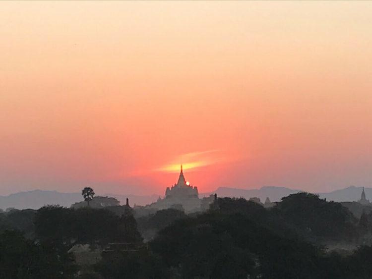 世界三大仏教遺跡のバガン 登れる穴場のパゴダで絶景を見る裏技で案内されたパゴダから見た絶景の夕陽
