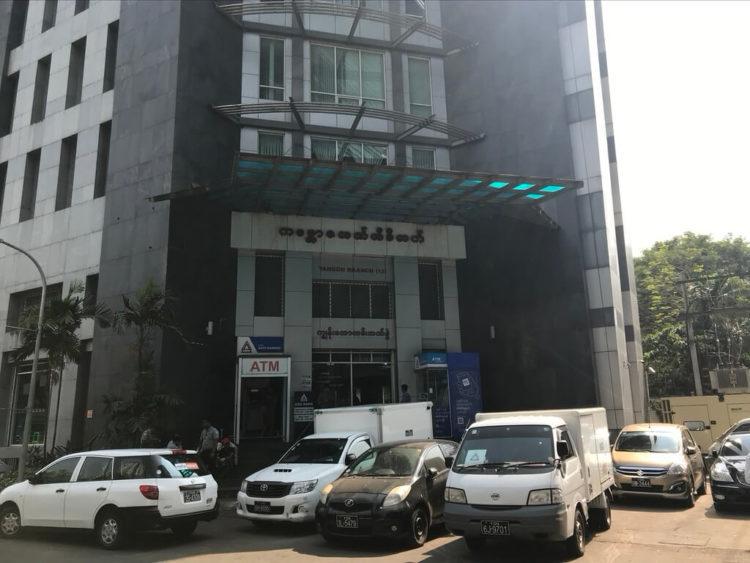 ヤンゴン市内の中でもTimes city Yangon(タイムズシティ・ヤンゴン)の開発が進む、ジャンクション・スクエア前のカンボーザ銀行(KBZ銀行)
