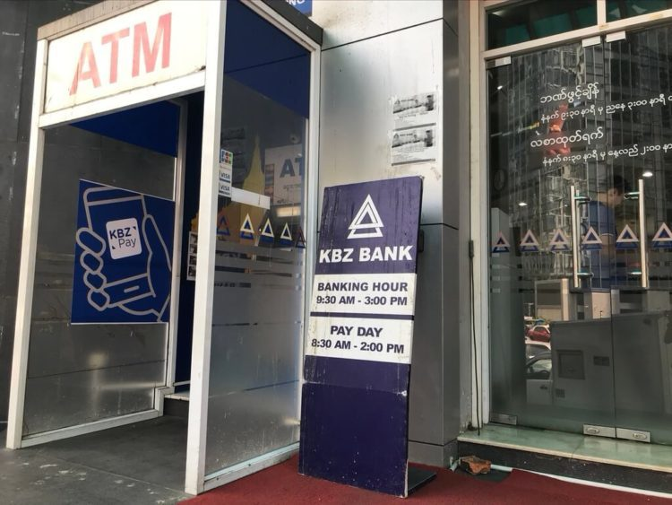 カンボーザ銀行(KBZ銀行)の入り口と営業時間の案内看板