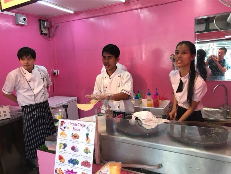ヤンゴン市レーダンにあるヤンゴン初上陸の日本のクレープ屋さん、Japan Cream Crapesのスタッフと店長の森田さん
