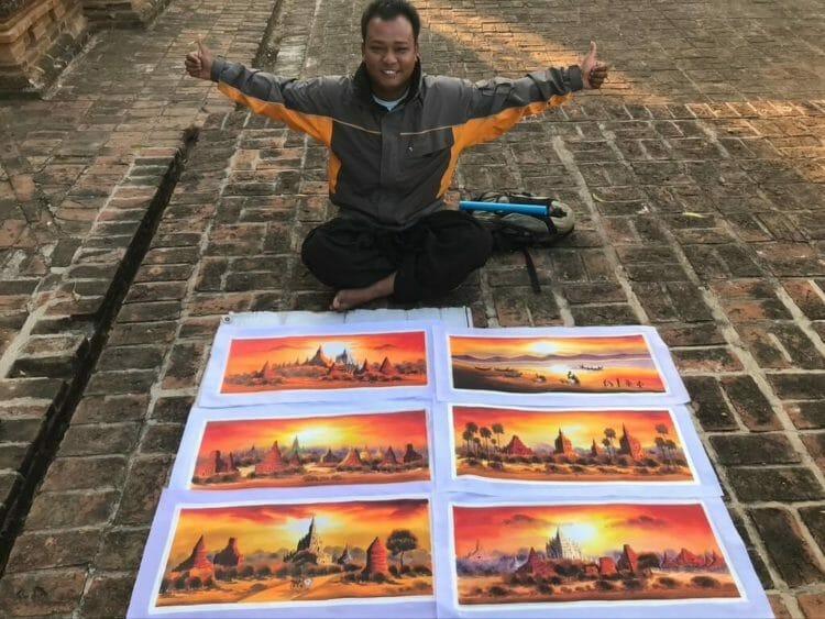 世界三大仏教遺跡のバガン 登れる穴場のパゴダで絶景を見る裏技で案内してくれた自称絵描き