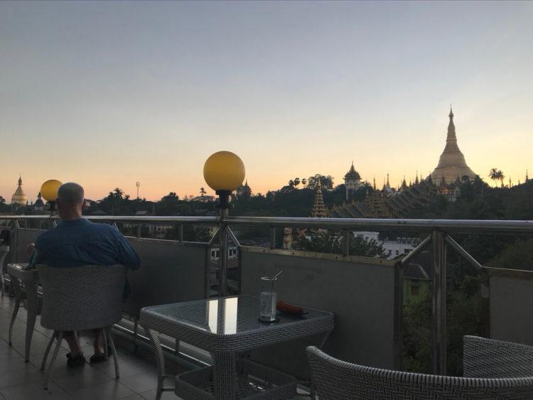 ミャンマー東屋ホテル ヤンゴンのルーフトップバー「月とワイン」のテラス席