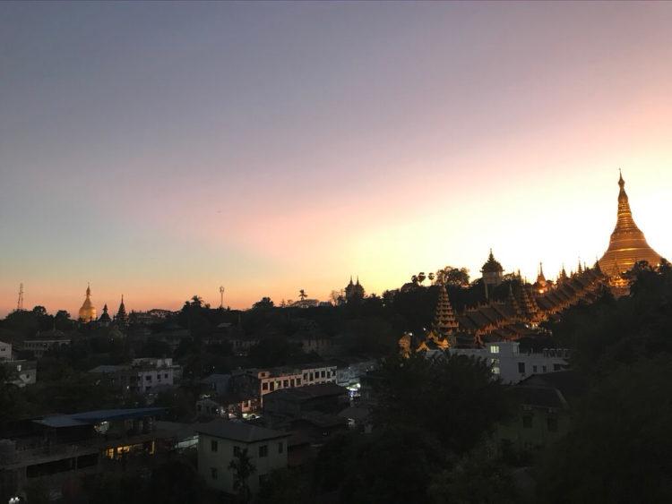ミャンマー東屋ホテル ヤンゴンのルーフトップバー「月とワイン」のテラス席からシュエダゴン・パゴダの夕陽