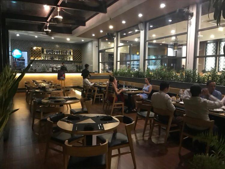 ヤンゴンでオススメインドカレー3選 第1位 The Marinaのテラス席