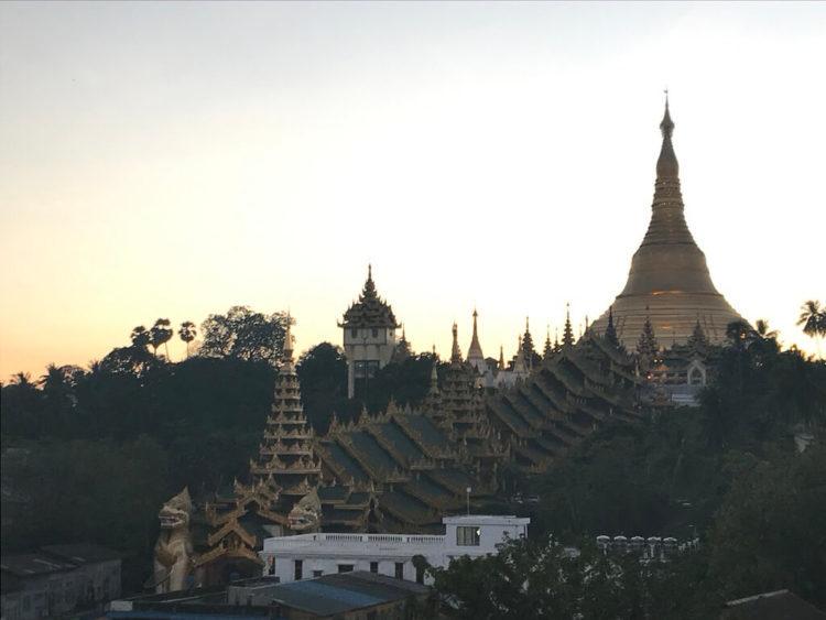 ミャンマー東屋ホテル ヤンゴンのルーフトップバー「月とワイン」のテラス席からシュエダゴン・パゴダのサンセット