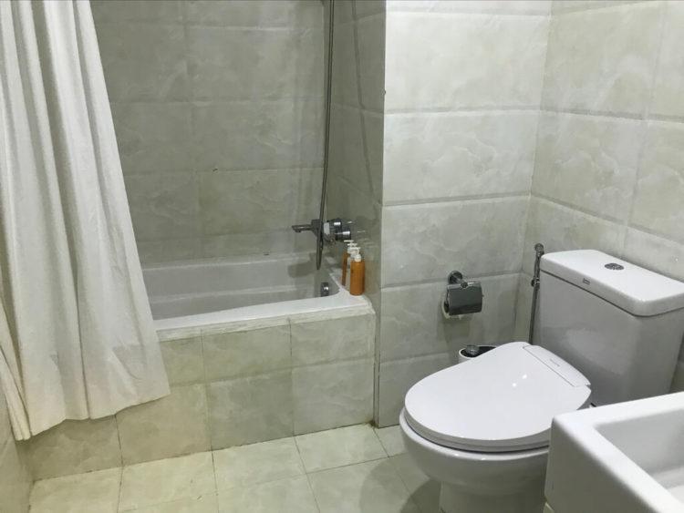露天風呂温泉とサウナと夜景を堪能できるミャンマーの東屋ホテルの客室内のバスルーム