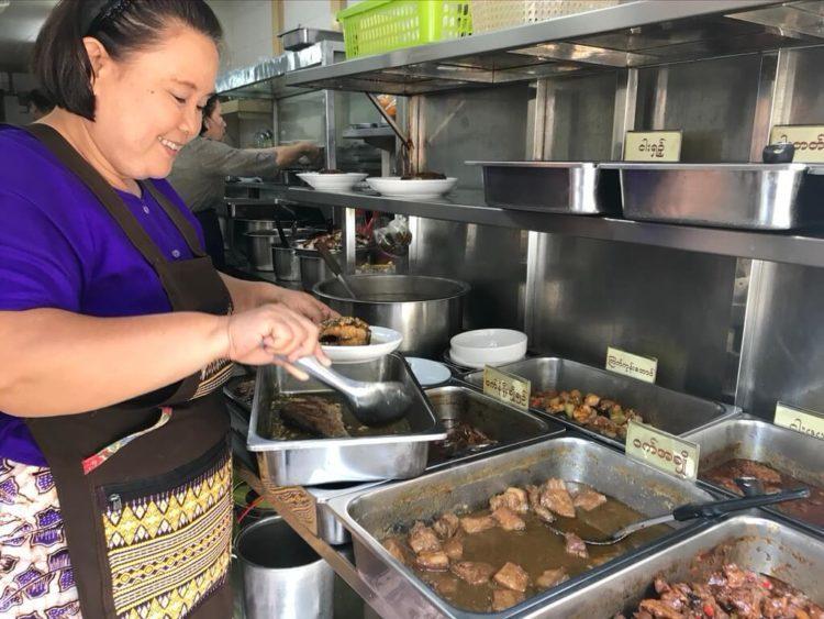 ヤンゴンの超有名ヒンレストラン、203 Myanmar Curry Restaurant(203ミャンマーカレーレストラン)では並んだ料理を指差しで注文