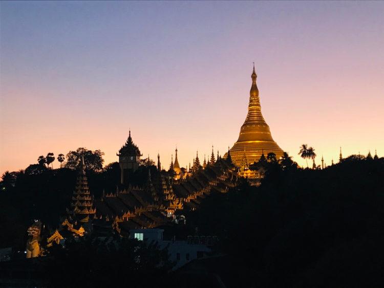 ミャンマー東屋ホテルヤンゴンのルーフトップバーから眺めるシュエダゴン・パゴダの夕焼け