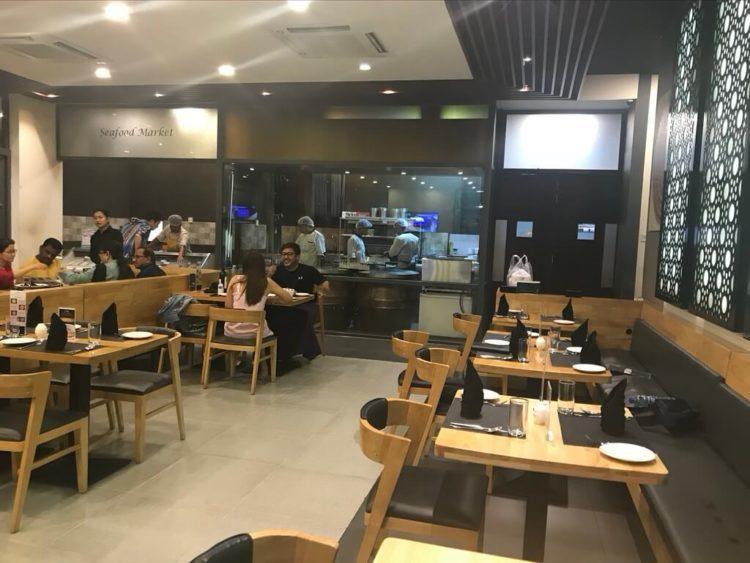 ヤンゴンでオススメインドカレー3選 第1位 The Marinaの店内