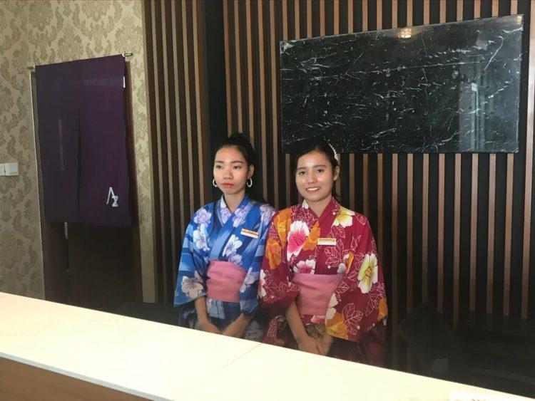 露天風呂温泉とサウナと夜景を堪能できるミャンマーの東屋ホテル ヤンゴンの受付の女の子