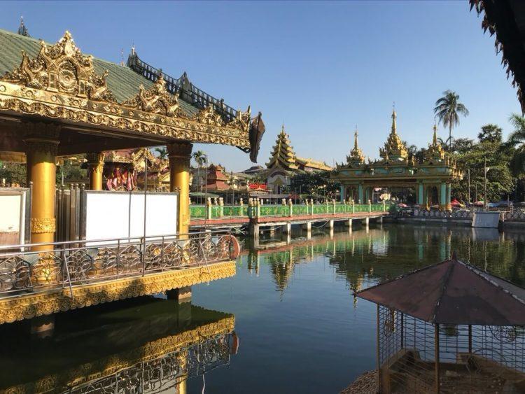 東屋ホテルヤンゴンをでるとすぐにあるKyay Thone Pagoda