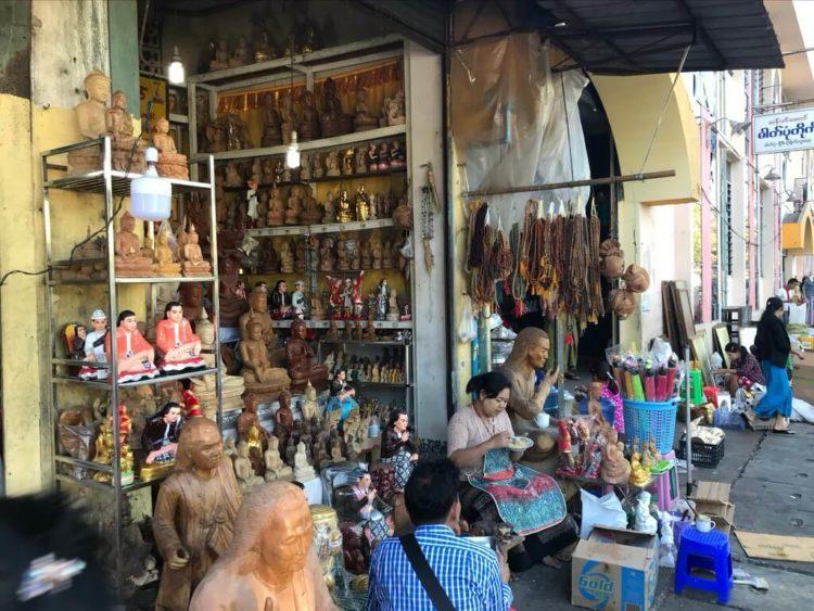 ミャンマー東屋ホテルヤンゴンの近くにはシュエダゴン・パゴダがある影響か仏像屋が多い