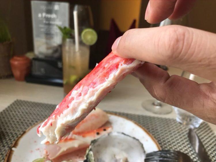 ノボテルヤンゴンマックスのサンデーブランチビュッフェのレストランの生牡蠣とタラバガニ