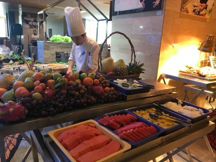 ノボテルヤンゴンマックスのサンデーブランチビュッフェのレストランのフルーツ